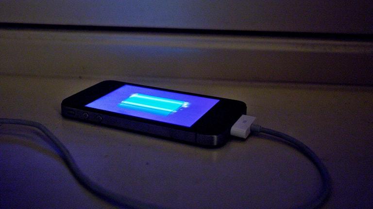 En mobiltelefon på laddning
