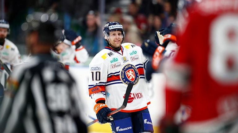 Växjös Kris Versteeg jublar efter sitt 1-2 mål under tisdagens ishockeymatch i SHL mellan Frölunda HC och Växjö Lakers