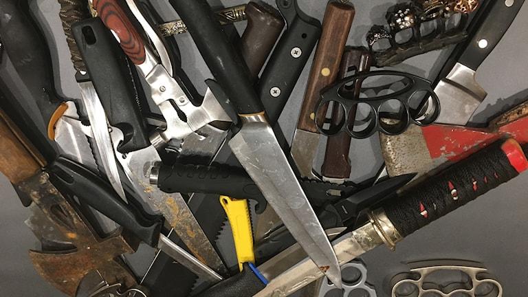 Bild som visar polisens beslag av bland annat knogjärn, knivar och andra vassa föremål.