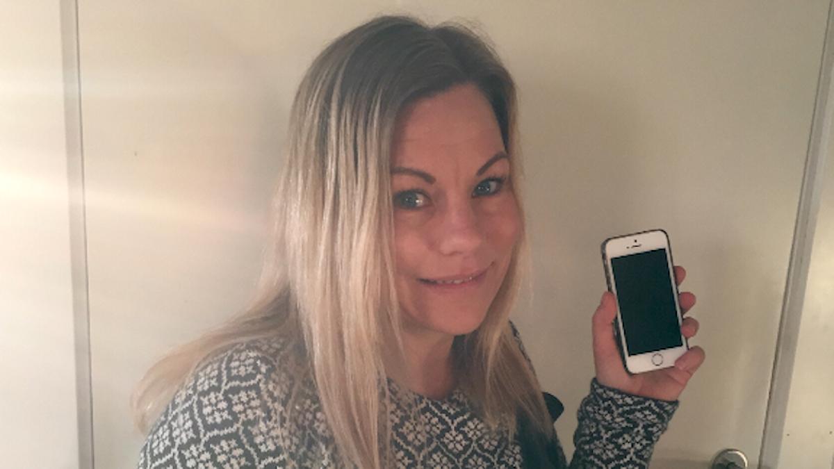 Ulrika Karlsson med mobilen som mhon tappat i toaletten fyra gånger! Foto: Privat