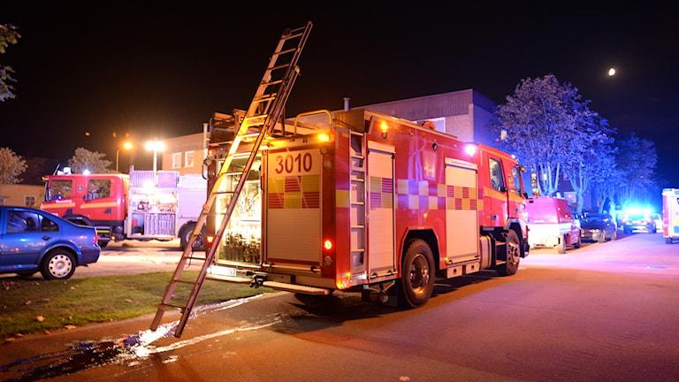 Brandbilar på plats vid en lägenhetsbrand i Hovmantorp.
