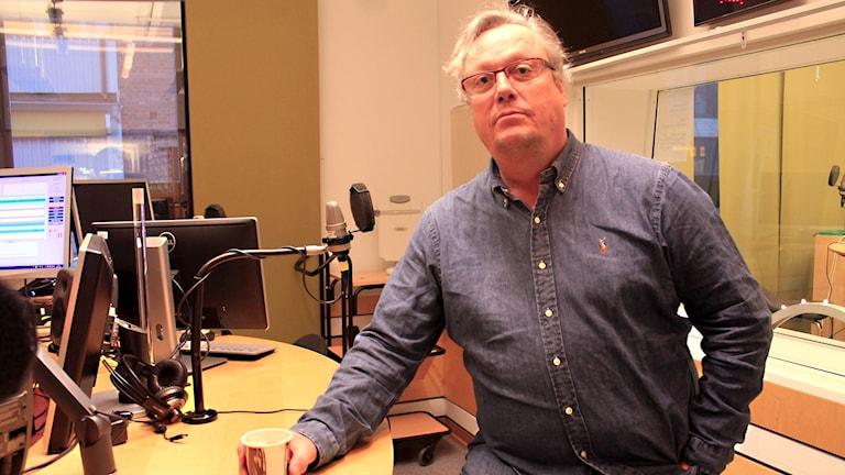 Jonas Jonasson står i studion.