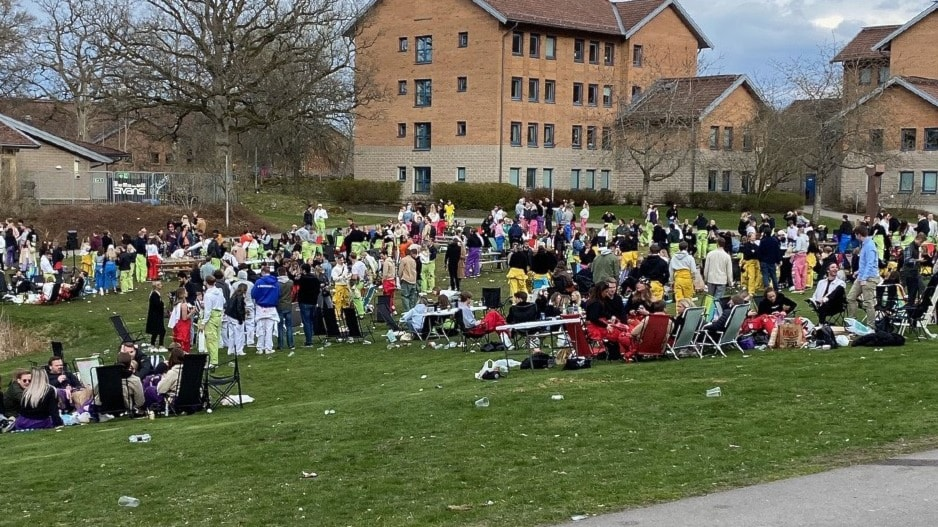 Just nu: Hundratals studenter firar Valborg på Campusområdet