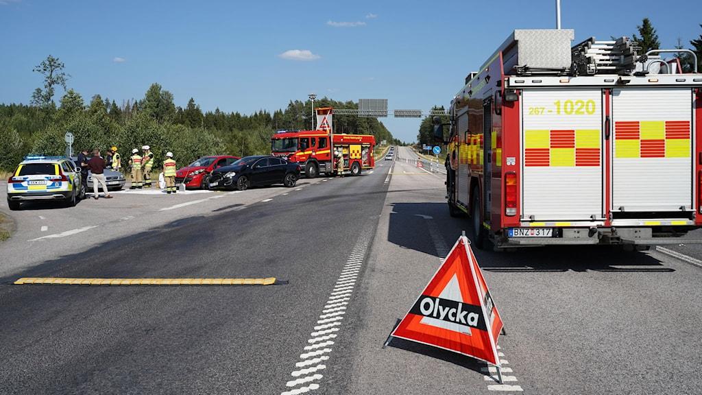 Tre bilar och räddningsfordon på plats på rv 25 vid Risingekorset efter en sidokollision.