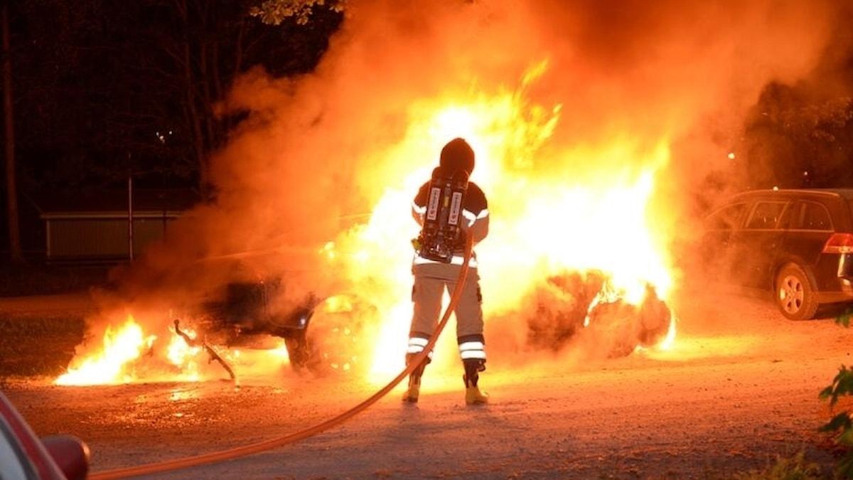 Räddningstjänsten släcker bilbrand på Höstvägen i Växjö