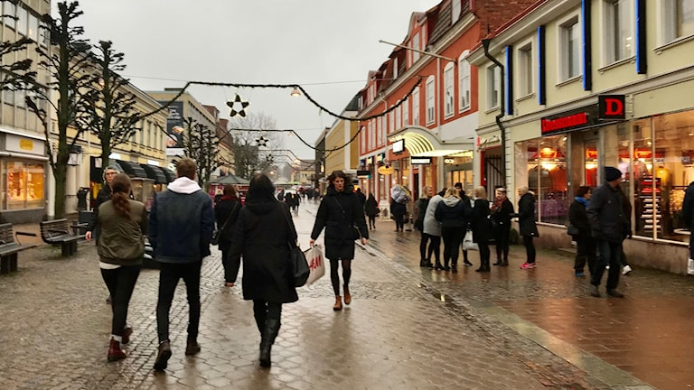 Shoppare på storgatan i växjö.