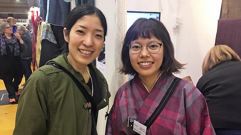 Ikumi Otaki och Maya Minami på vävmässan i Tipshallen