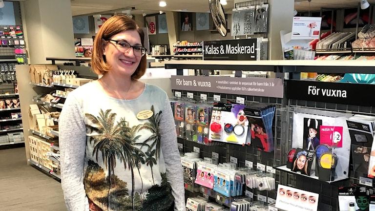 Miljö- och hälsoinspektör Heléne Gårdebrink står i en butik framför barnsmink.