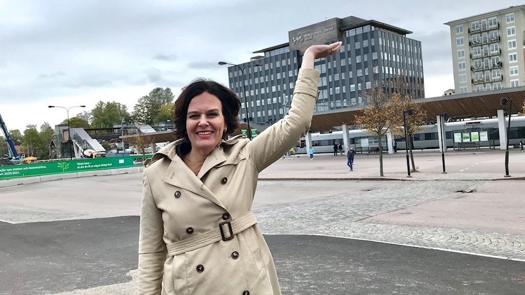 Ulrica Bennesved håller sin hand mot kontoret