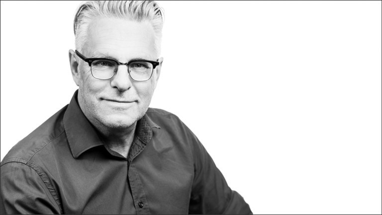 En man med glasögon