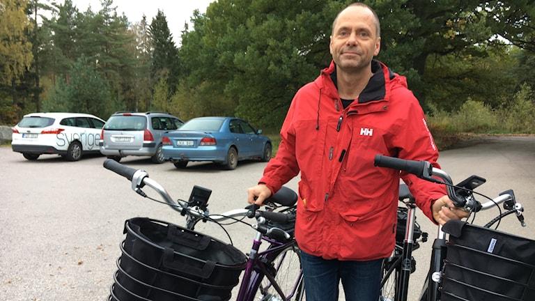 Cykelhandlaren Jörgen Bech med två elcyklar