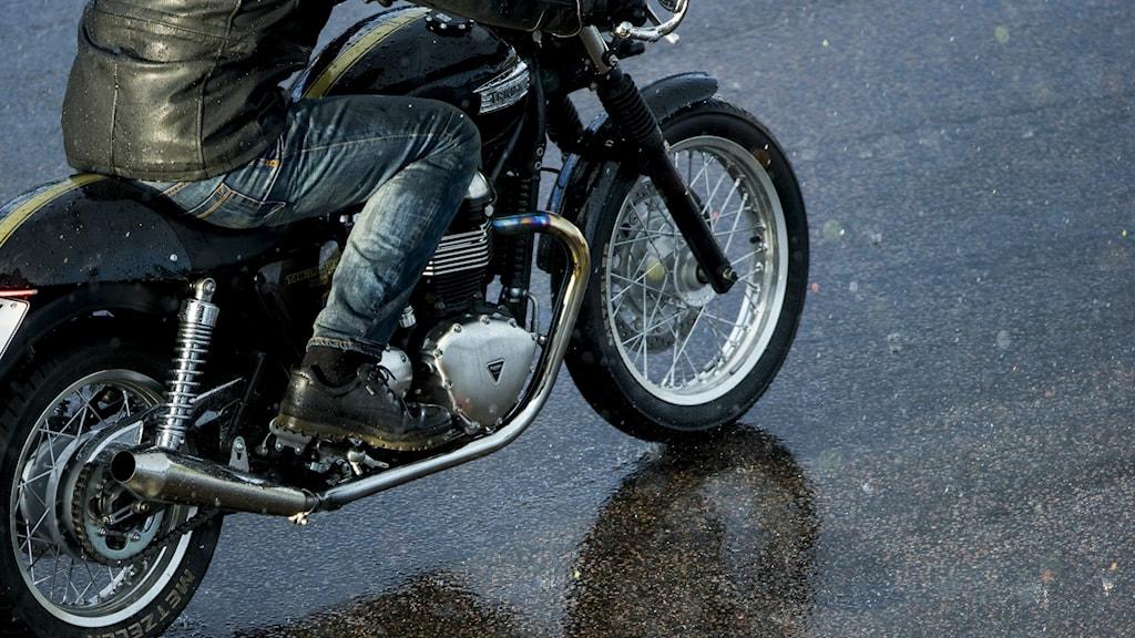 En motorcykel.