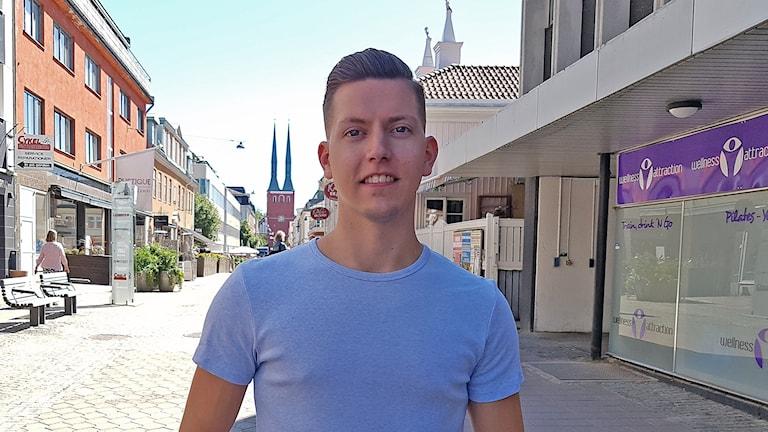 Benjamin Widlund står på en gata i Växjö