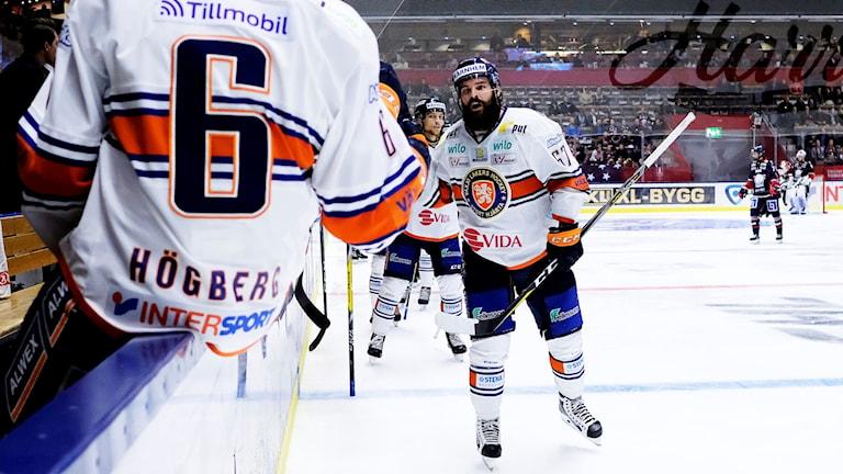 Linus Fröberg firar mål med lagkamrater.