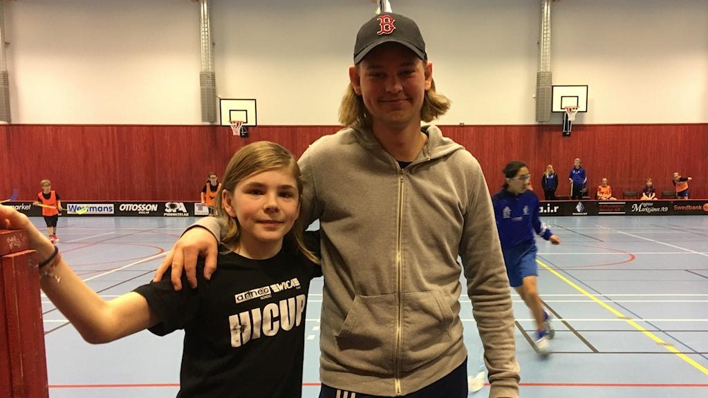 Hovmantorp Goif har en 50- tal ungdomar födda -02-09 i 8-15 årsåldern som tränar innebandy. Bild: huvudledare Albin Stjärnkvist och spelaren Hugo Sandberg-Karlsson