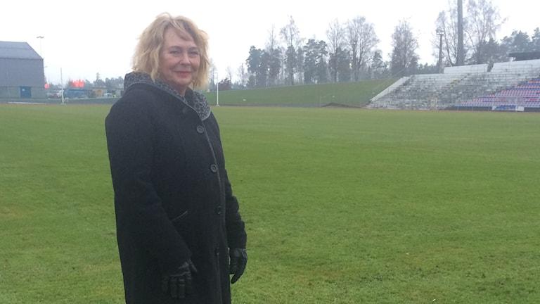 Eva Johansson (c), ordförande i Kultur- och fritidsnämnden i Växjö. Står på en fotbollsplan.