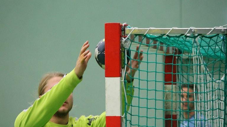 Handboll fastnar i  Linus Olssons kryss