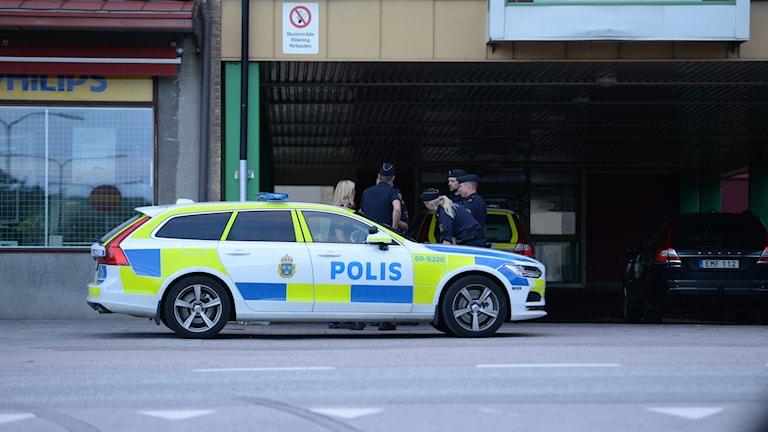 En polisbil med poliser.
