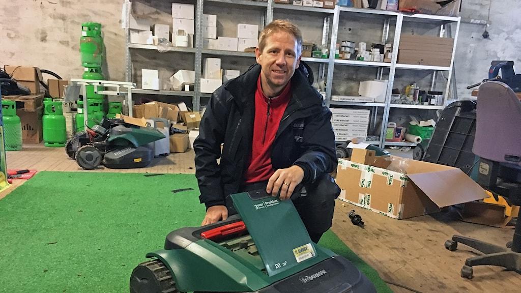 Thomas Lundgren vid en robotgräsklippare