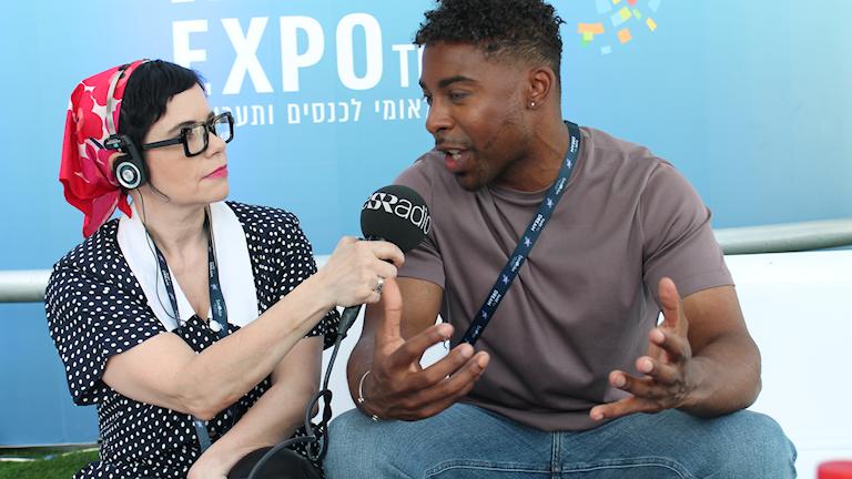 Sveriges Radios Carolina Norén intervjuar John Lundvik efter första genrepet i Tel Aviv