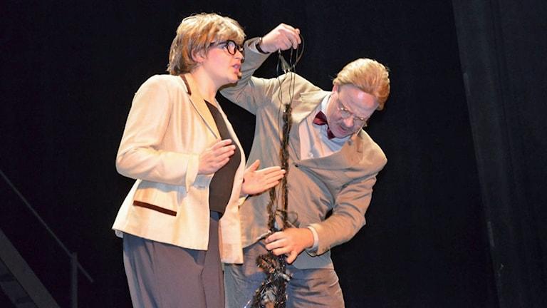 Anna Beata Sork och Sten-Åke Sork står på scenen.