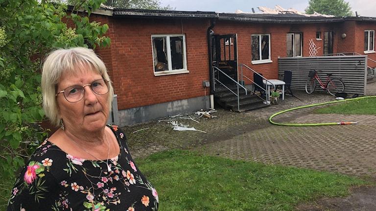 Gerd Nickel står framför sin lägenhet som brann ner
