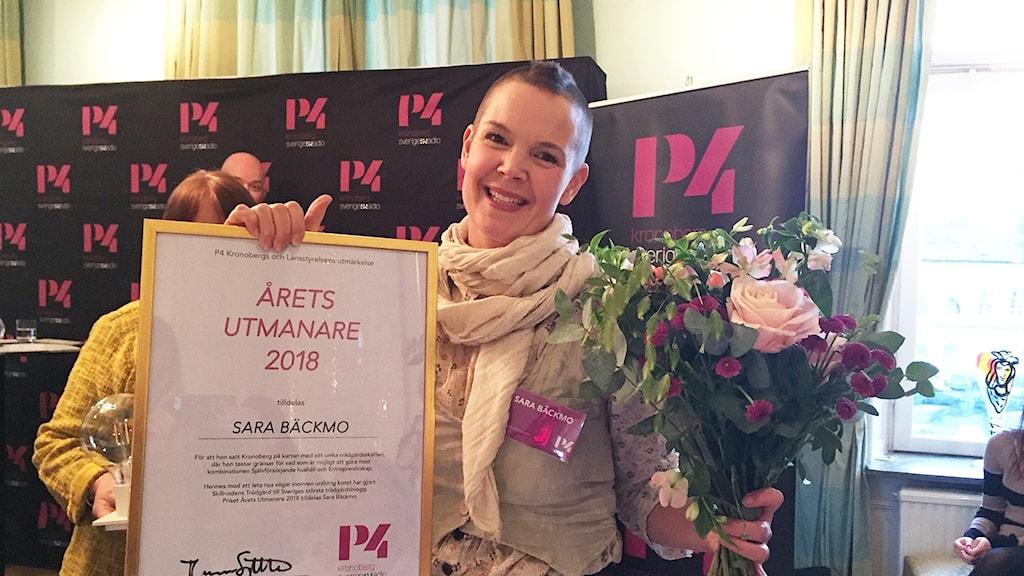 Sara Bäckmo med sitt pris.
