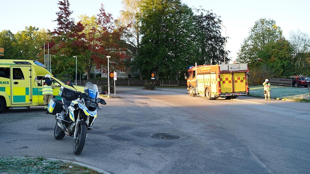 Ambulnas, polis-mc och räddningstjänst på olycksplatsen.