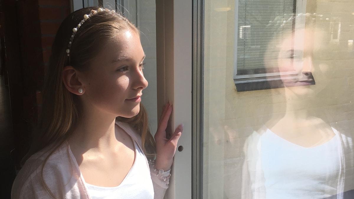 Ellen Svensson går på Astradskolan i Ljungby. Ser ut genom ett fönster.