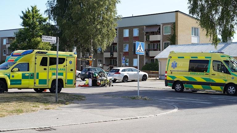 Ambulans arbetar med räddningsinsats.