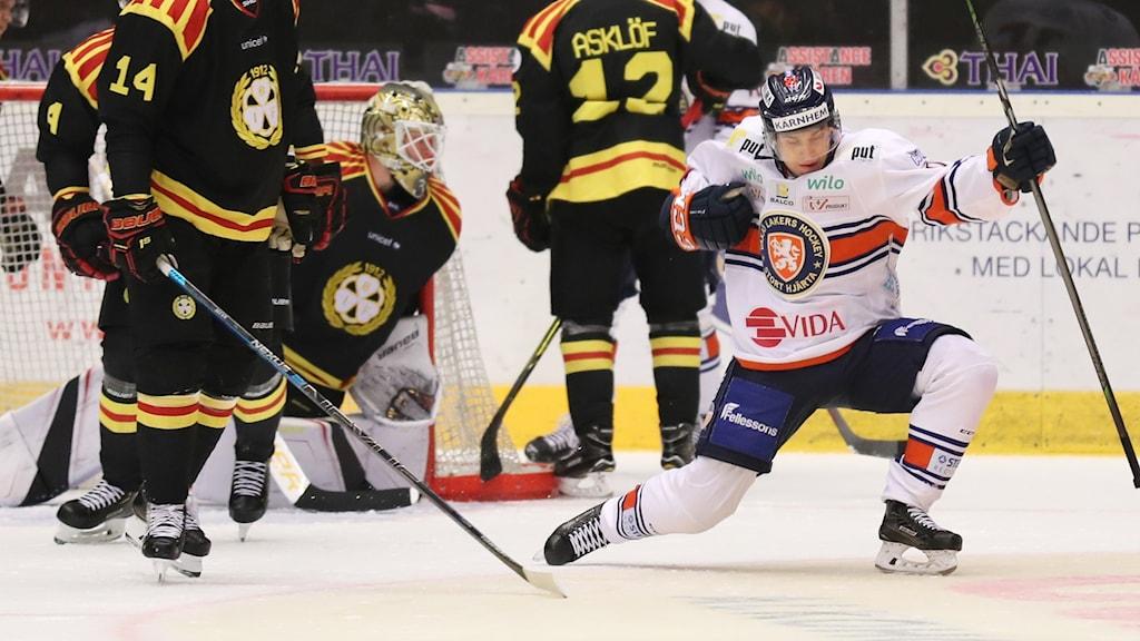 En ishockeyspelare jublar efter ett mål.