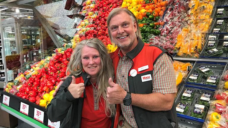 Carina Sjöstrand och Lennart Behrmann framför en grönsaksdisk.