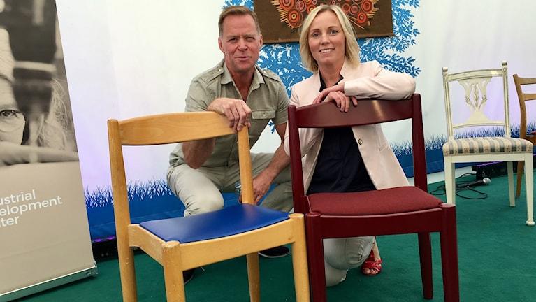Stefan Lundberg, vd Lundbergs Möbler och Jenny Ekman, projektledare Möbelbruket poserar tillsammans med två restaurerade stolar