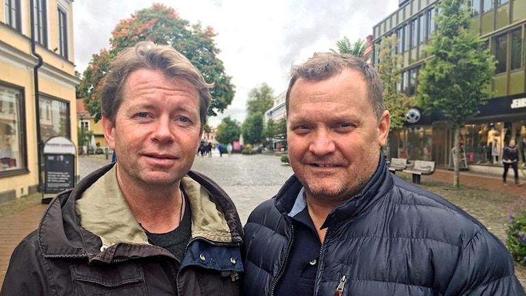 Tränarna Pelle Svensson och Magnus Sundquist  står bredvid varandra och tittar in i kameran.