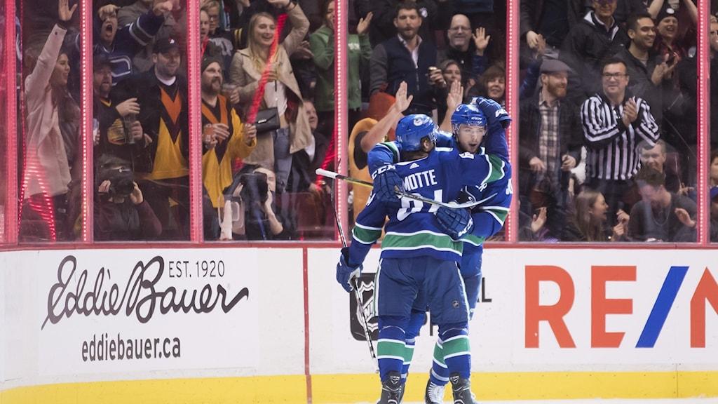 En hockeyspelare med ryggen mot kameran