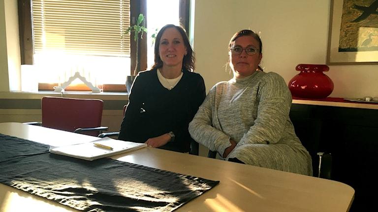 Två kvinnor vid ett bord.