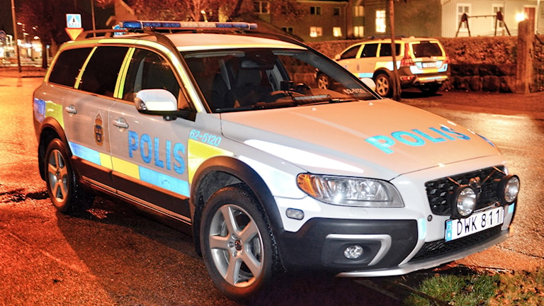 Polisbil parkerad på en gata i Älmhult.