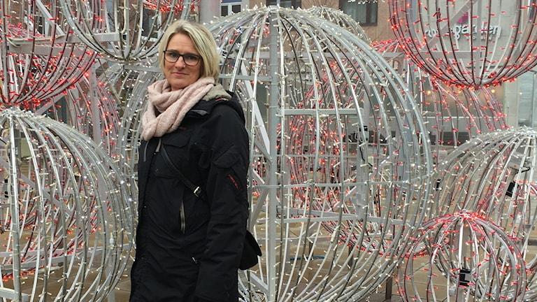 Ewa Mainersson-Hallberg, ordförande för Centrumföreningen Ljungby framför julpynt på Ljungby torg.