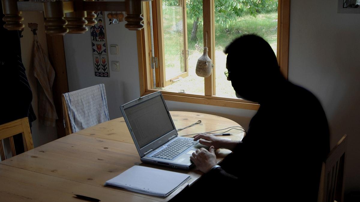 Man surfar på sin dator