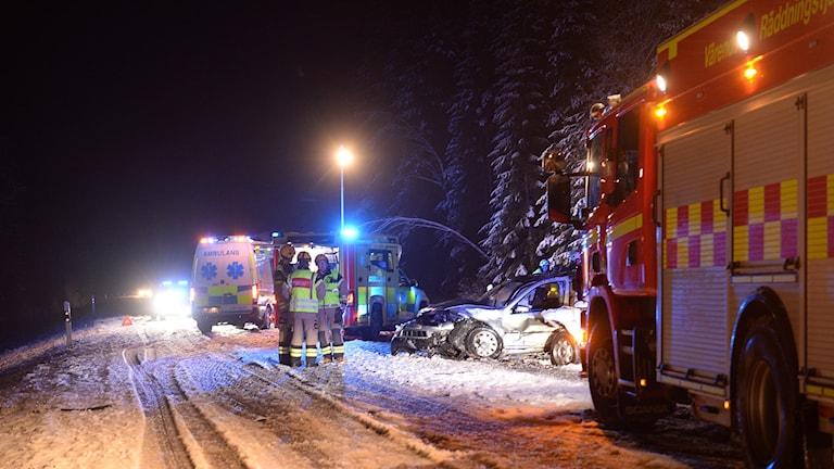 Räddningstjänst på plats efter en frontalkollison på länsväg 126 mellan Växjö och Alvesta.