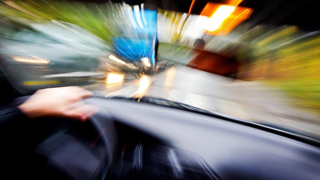 En påverkad förare kör bil.