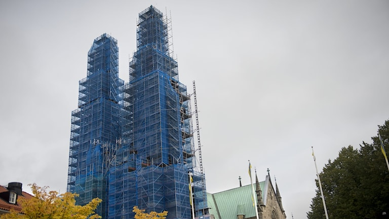 En kyrka som renoveras.