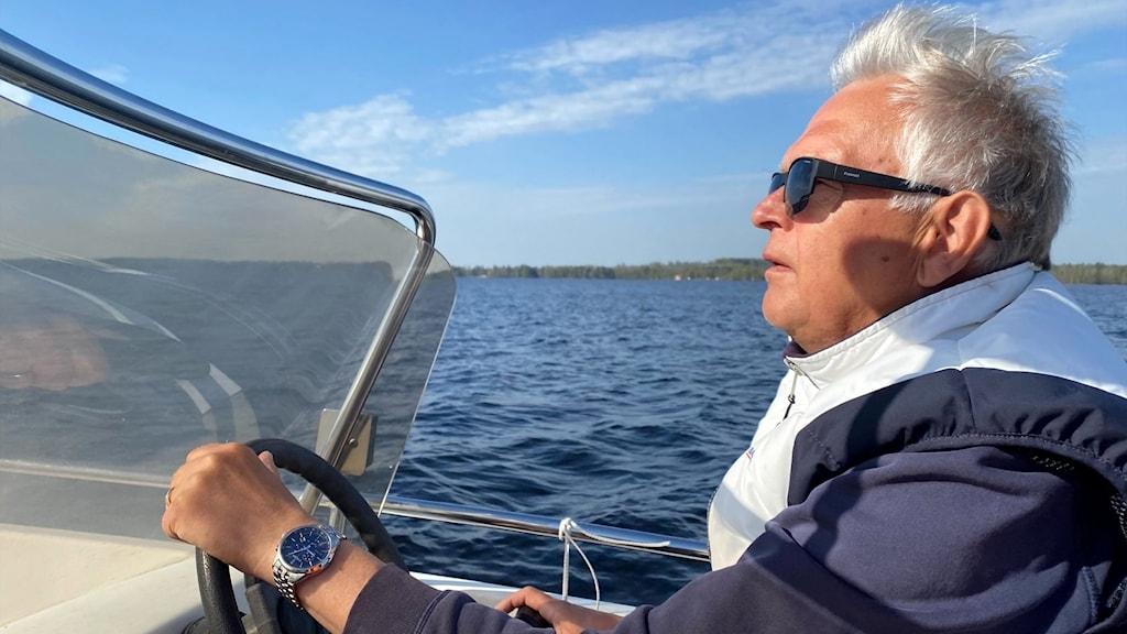 en man i en båt