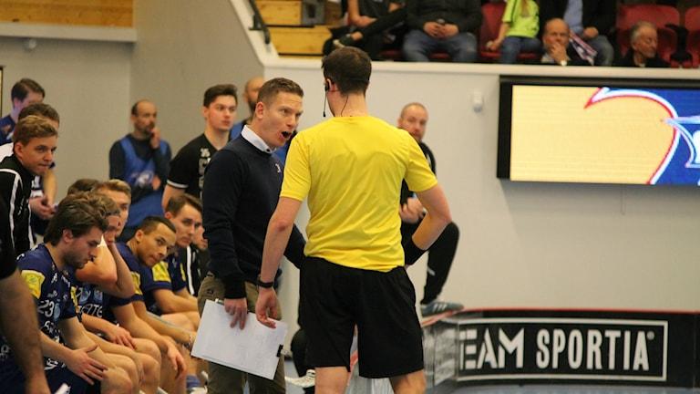 Niklas Nordén skäller ut domaren