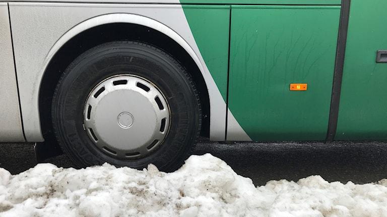 Ett hjulpar på en buss.