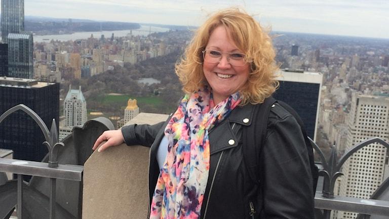 Jennie Lange-Karlsson framför en utsikt.