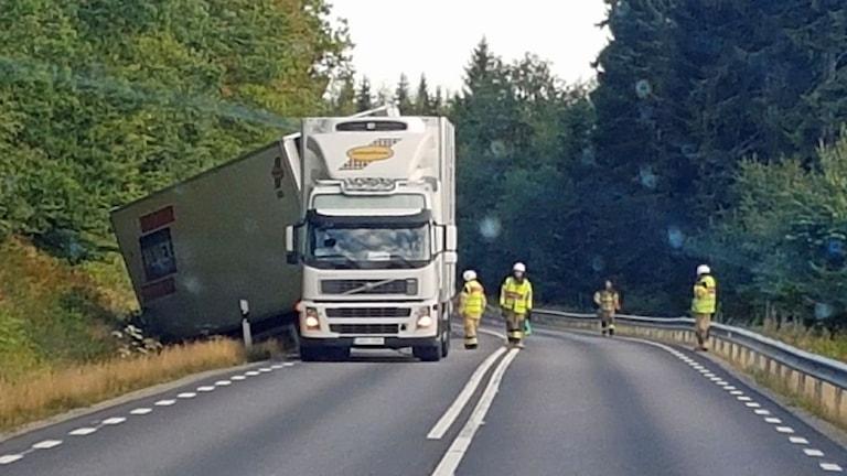 Lastbil kom av vägen på rv 30 utanför Växjö