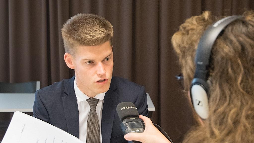 Oliver Rosengren (M) intervjuas av Karin Ernstsson