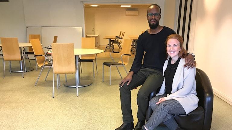 Abdi Nuur Abdulahi och Ronja Bäckström sitter i de tomma lokalerna där Riktning Ljungby ska öppna.