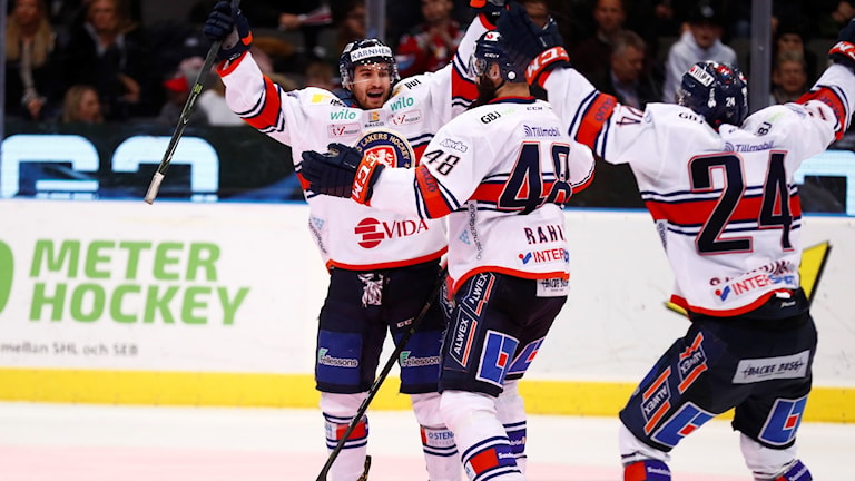 Växjös Andrew Calof grattas efter 2-4 målet under torsdagens ishockeymatch i SHL mellan Frölunda HC och Växjö Lakers i Scandinavium. Foto Thomas Johansson / TT
